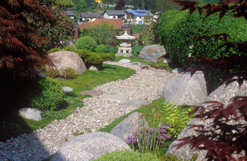 den japanischen trockenlandschaftsgarten l dt den besucher die. Black Bedroom Furniture Sets. Home Design Ideas